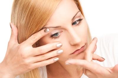 Innsetting av kontaktlinser med lange negler