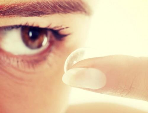 Lange negler og kontaktlinser: Slik setter du linsene inn og tar dem ut