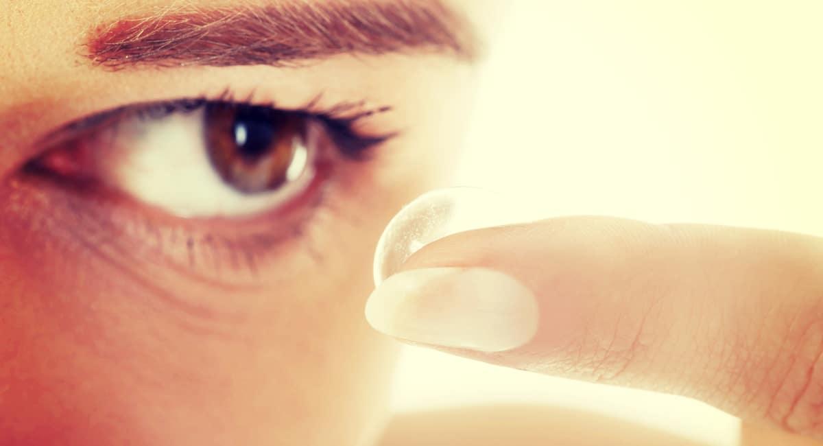 Kontaktlinser og lange negler