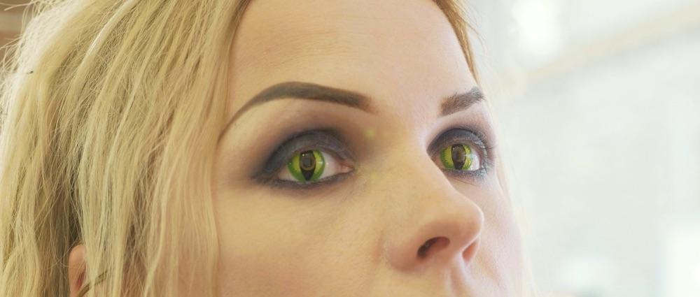 Slangeøyne med grønne kontaktlinser
